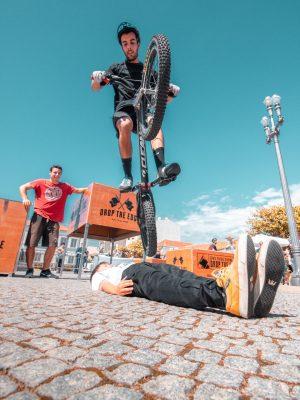 Vasco Carvalho numa demonstração de Bike Trial e Parkour em Espinho
